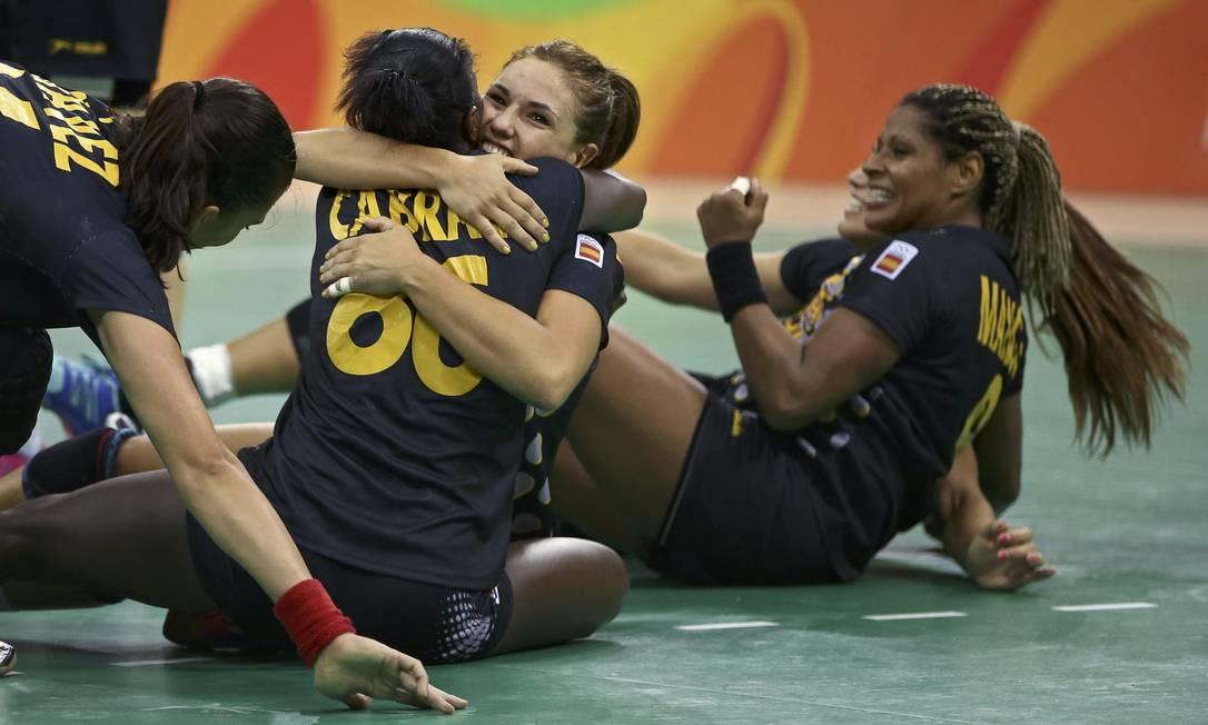 Brasil x Espanha no Handebol feminino na Arena do Futuro. Time da Espanha comemora a vitória MARKO DJURICA / REUTERS