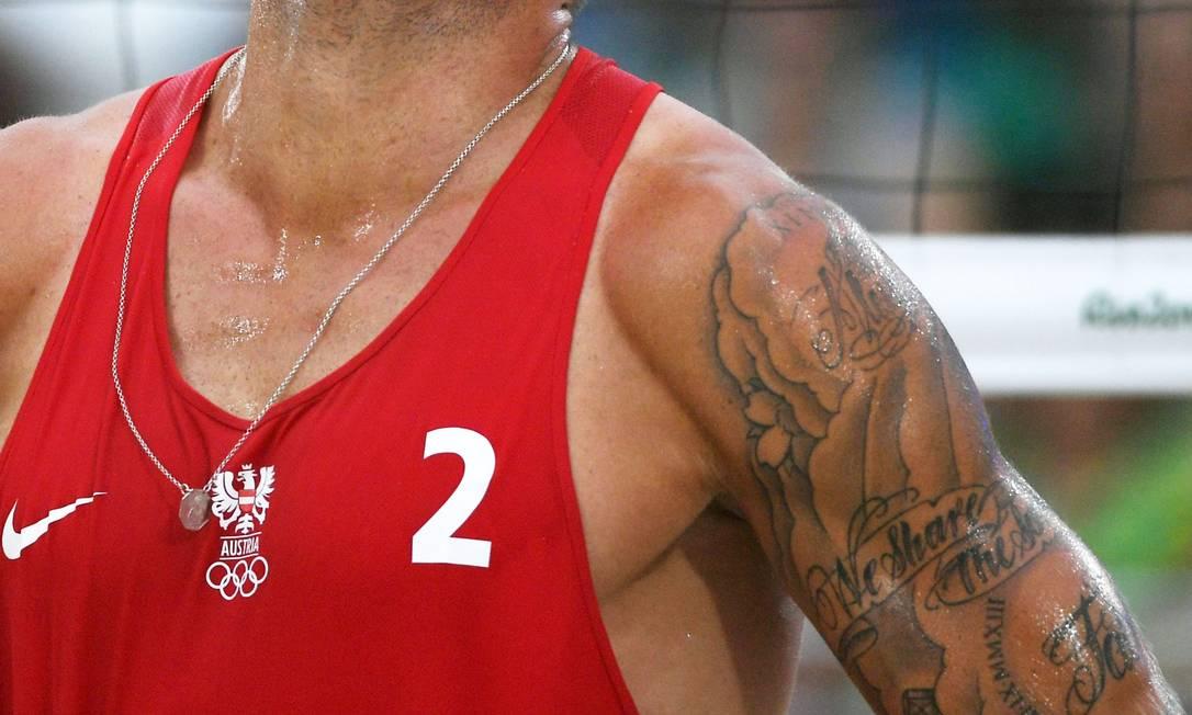Tatuagem de Alexander Horst, do vôlei de praia austríaco YASUYOSHI CHIBA / AFP