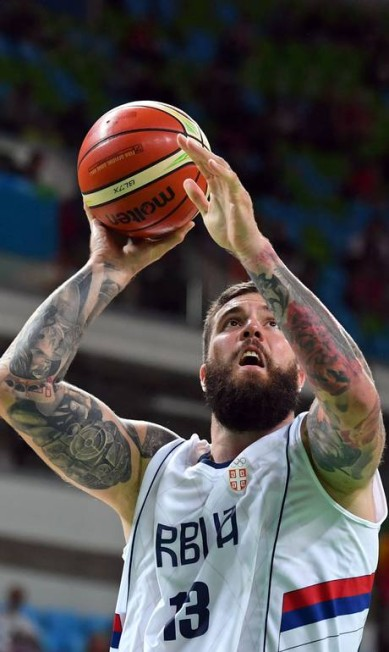 O sérvio Miroslav Raduljica, da Sérvia, ostenta grandes tatuagens nos dois braços ANDREJ ISAKOVIC / AFP