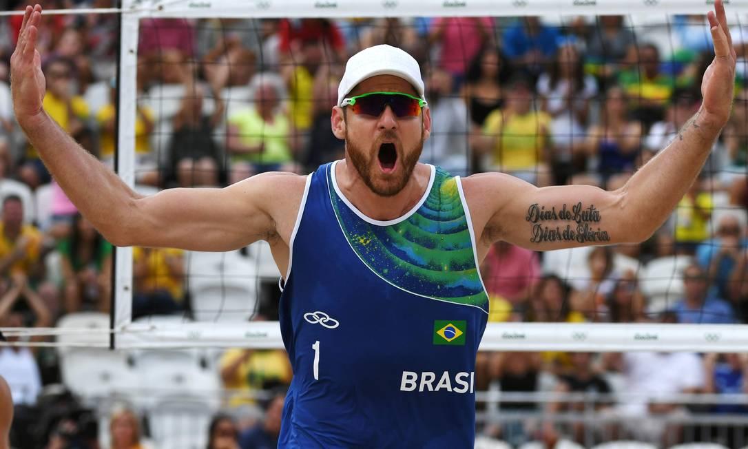 Uma das tatuagens de Alison Cerutti, do vôlei de praia brasileiro YASUYOSHI CHIBA / AFP