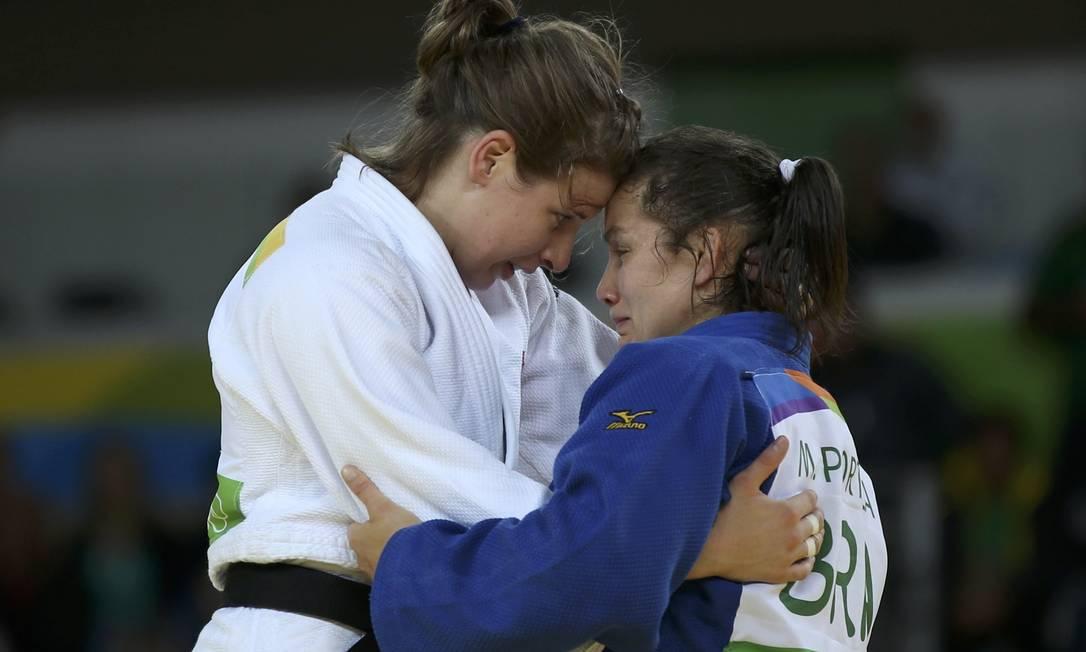 Chorando, Maria Portela é consolada por Bernadette Graf após sofrer punição e perder luta pelas oitavas no Judô Reuters