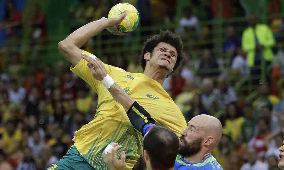 A careta valeu a pena! Thiagus sos Santos, do Handebol brasileiro, pontuou contra a Eslovênia Matthias Schrader / AP