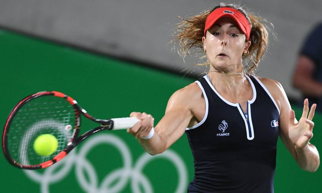 Na partida conta a norte-americana Serena Williams, a bela francesa Alize Cornet caprichou na cara feia ROBERTO SCHMIDT / AFP