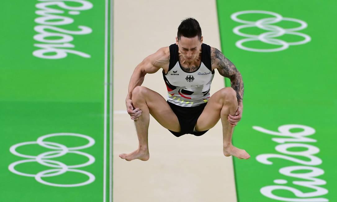 Marcel Nguyen, ginasta alemão, pode até ser um galã tatuado, mas no meio de uma acrobacia ninguém escapa das caretas EMMANUEL DUNAND / AFP