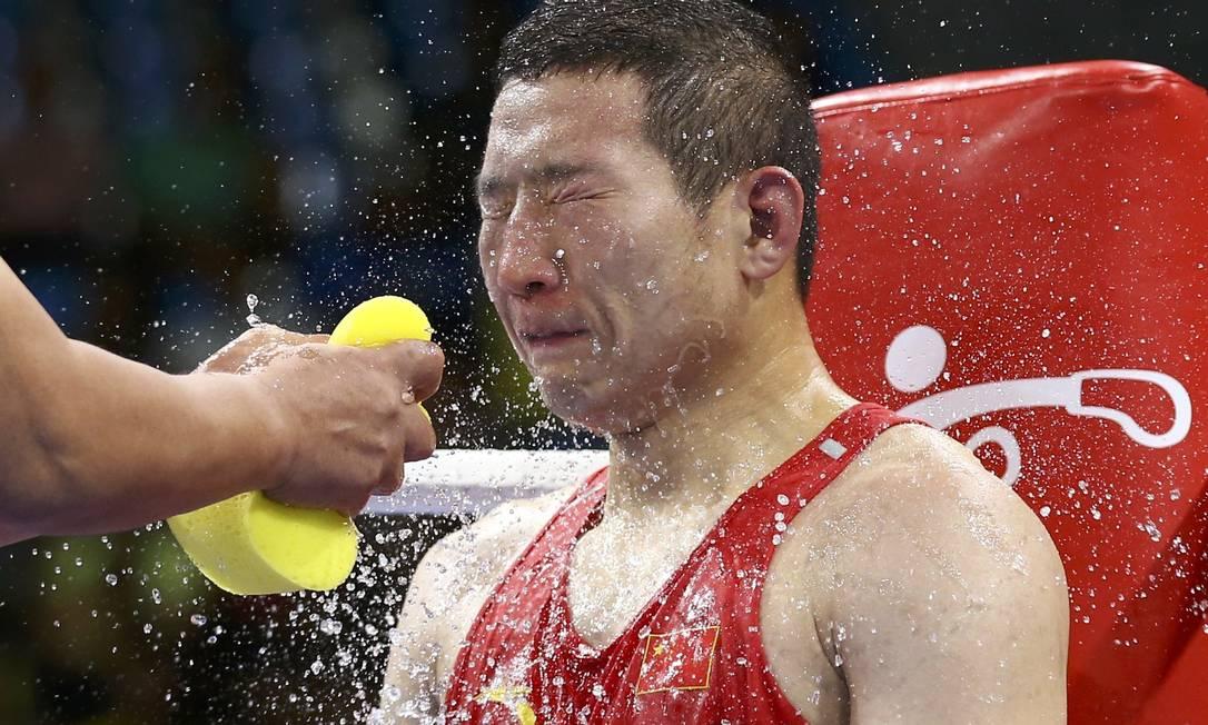Pausa para uma careta! Na foto, Zhao Minggang, do boxe da China PETER CZIBORRA / REUTERS