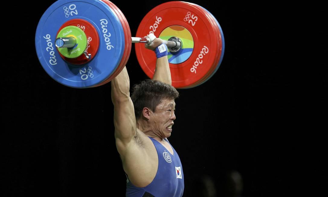 Quanta força! O sul-coreano Won Jeong-Sik compete no levantamento de peso STOYAN NENOV / REUTERS