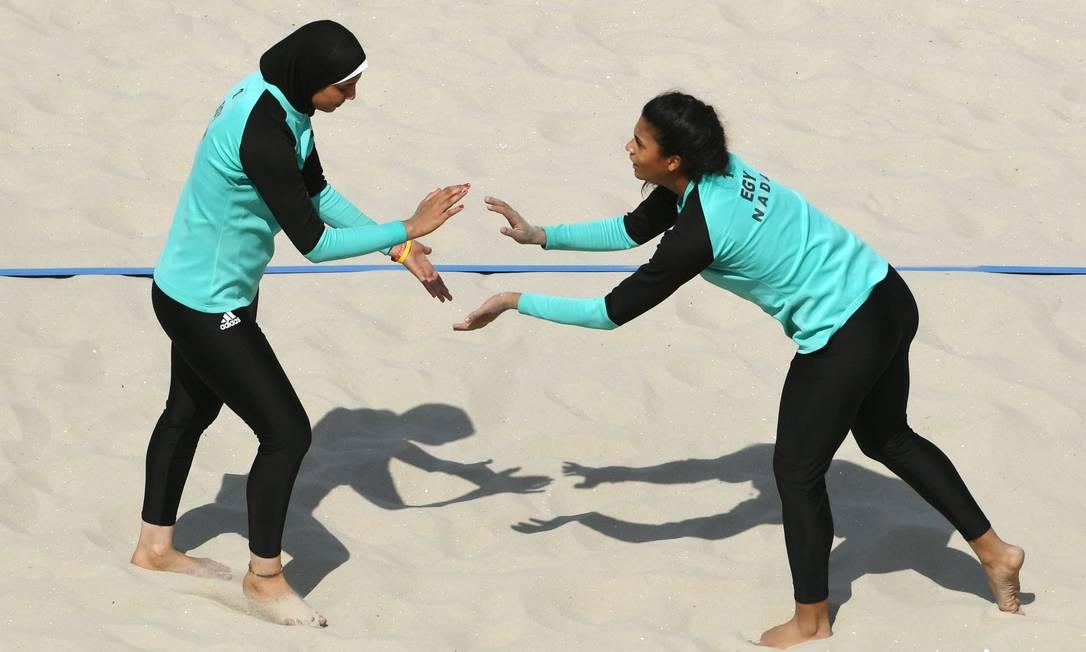 As muçulmanas Doaa Elghobashy e Nada Meawad são as primeiras jogadoras de vôlei de praia a se classificar pelo Egito para uma Olimpíada YASUYOSHI CHIBA / AFP