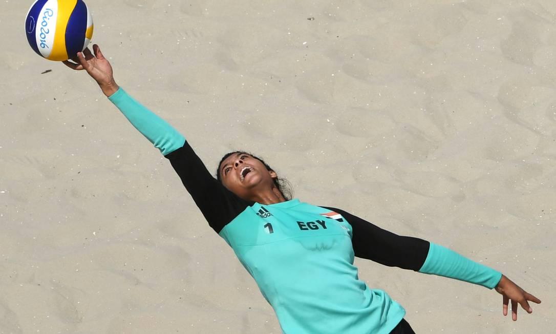 Sua parceira em quadra, Nada Meawad é a caçula das areias na Rio-2016, com 18 anos. YASUYOSHI CHIBA / AFP