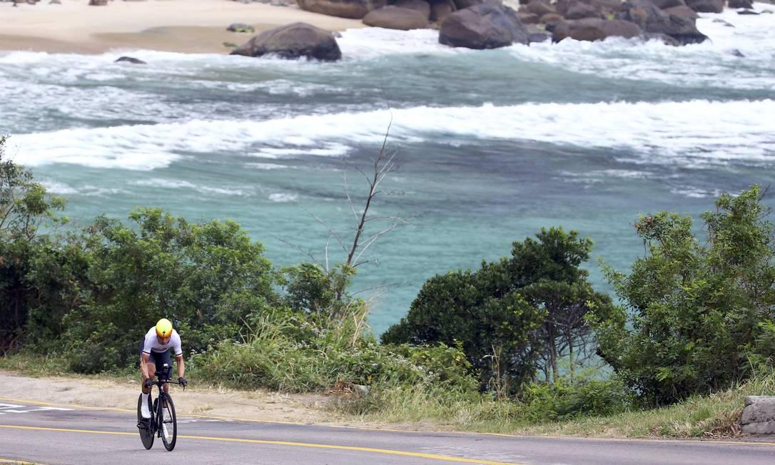 Tony Martin no lindo cenário das praias da região de Grumari: beleza carioca mesmo em dia sem sol PAUL HANNA / REUTERS