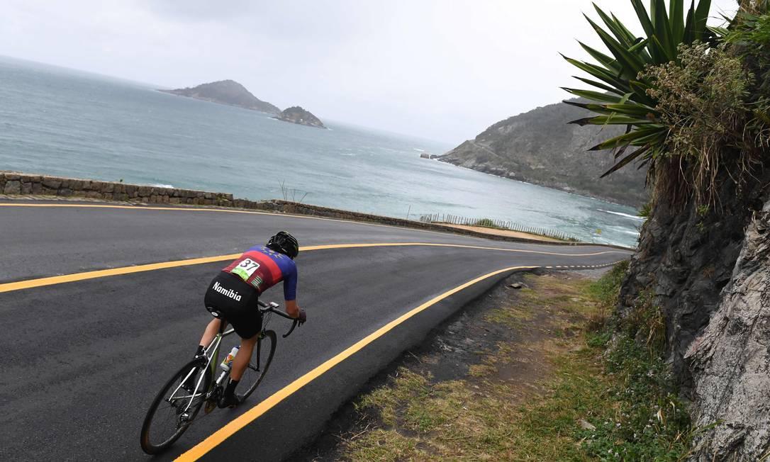 Dan Craven, da Namíbia, desce a ladeira no contrarrelógio: com um visual desse, deve ser difícil para o ciclista manter a concentração GREG BAKER / AFP