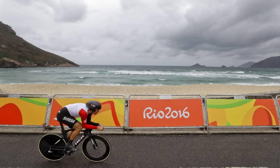 Fabian Cancellara pedala forte na Praia do Pontal, um dos cartões postais da região do Recreio, palco do contrarrelógio olímpico: ouro para o suíço Victor R. Caivano / AP