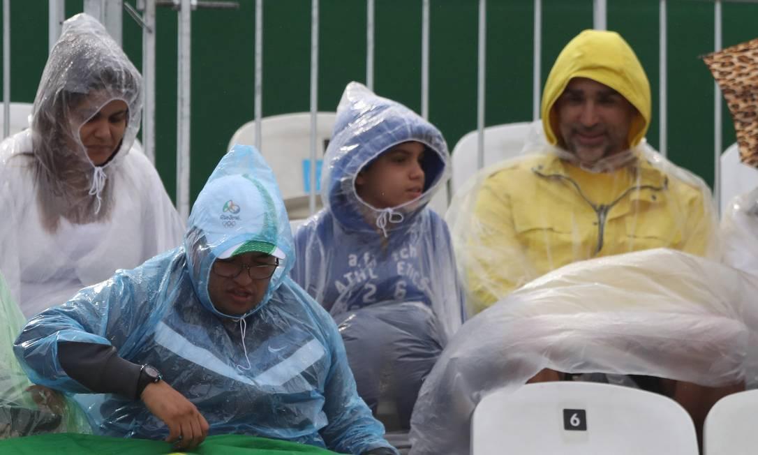 Torcida brasileira apoia a dupla Alison/Bruno (BRA) em partida na Arena de Vôlei de Praia Jorge William / Agência O Globo