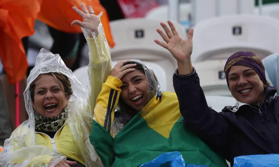 E nem a chuva tirou o ânimo das torcedoras brasileiras durante partida do vôlei de praia, em Copacabana Jorge William / Agência O Globo