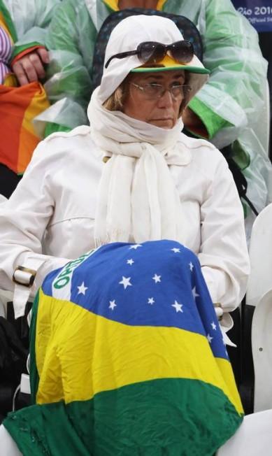 Torcedora aproveita a bandeira brasileira para se proteger do frio Jorge William / Agência O Globo