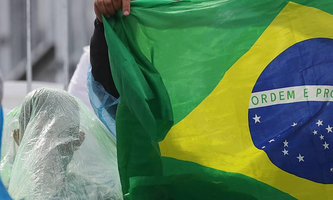 Mesmo sem visão perfeita, torcedor acompanha partida Jorge William / Agência O Globo