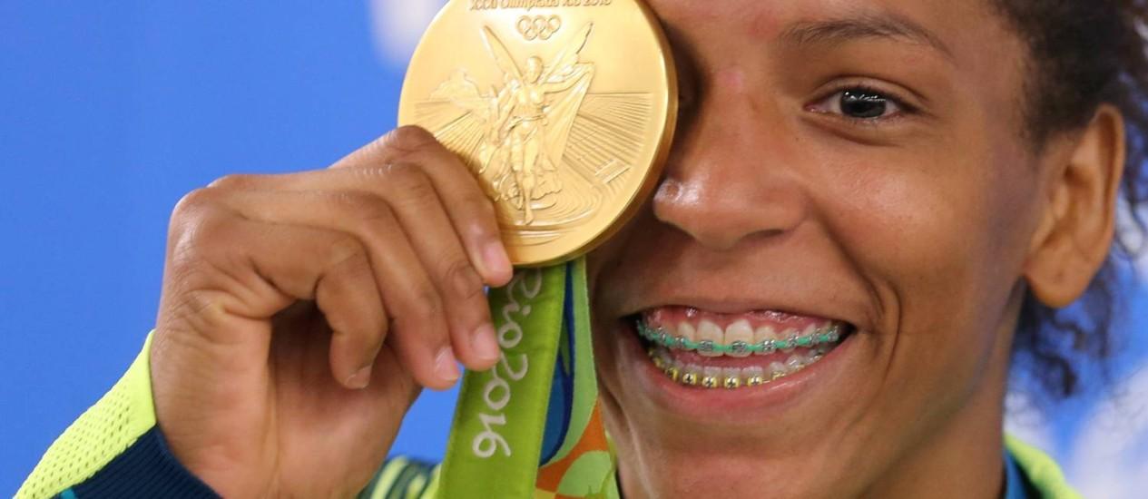 A carioca Rafaela Silva, com a primeira medalha de ouro na Olimpíada do Rio Foto: Marcelo Theobald / Agência O Globo