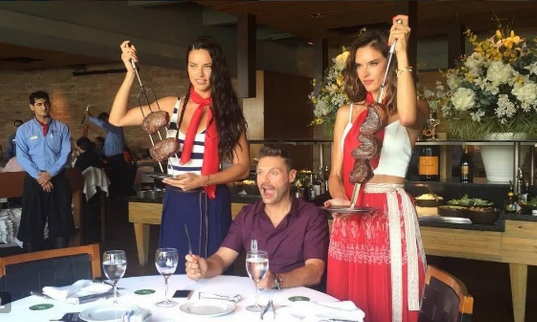 O mesmo trio ainda tirou onda durante uma visita à uma churrascaria, na talvez mais glamurosa foto de uma picanha da história... Reprodução/Instagram