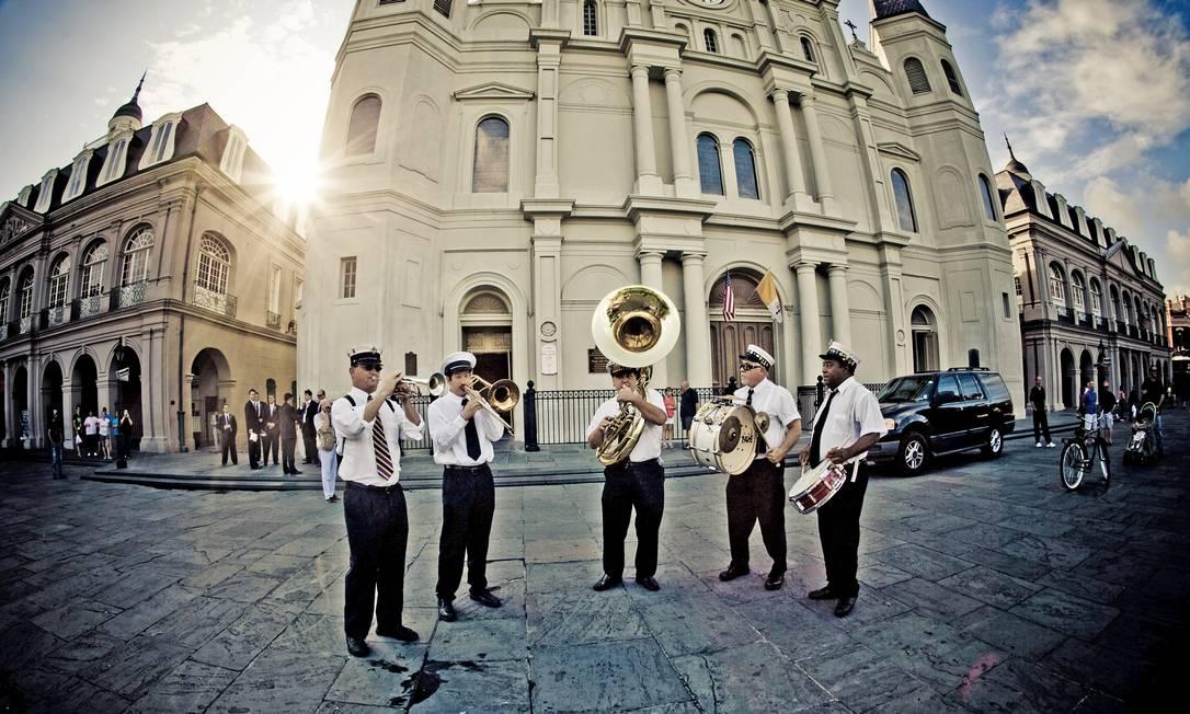 Uma brass band toca em frente à Saint Louis Cathedral, no coração do French Quarter, em Nova Orleans Foto: Divulgação / New Orleans CVB