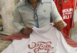 Cultura. O empresário Igor Leal com uma das camisas da D'Samba Foto: Thalita Pessoa