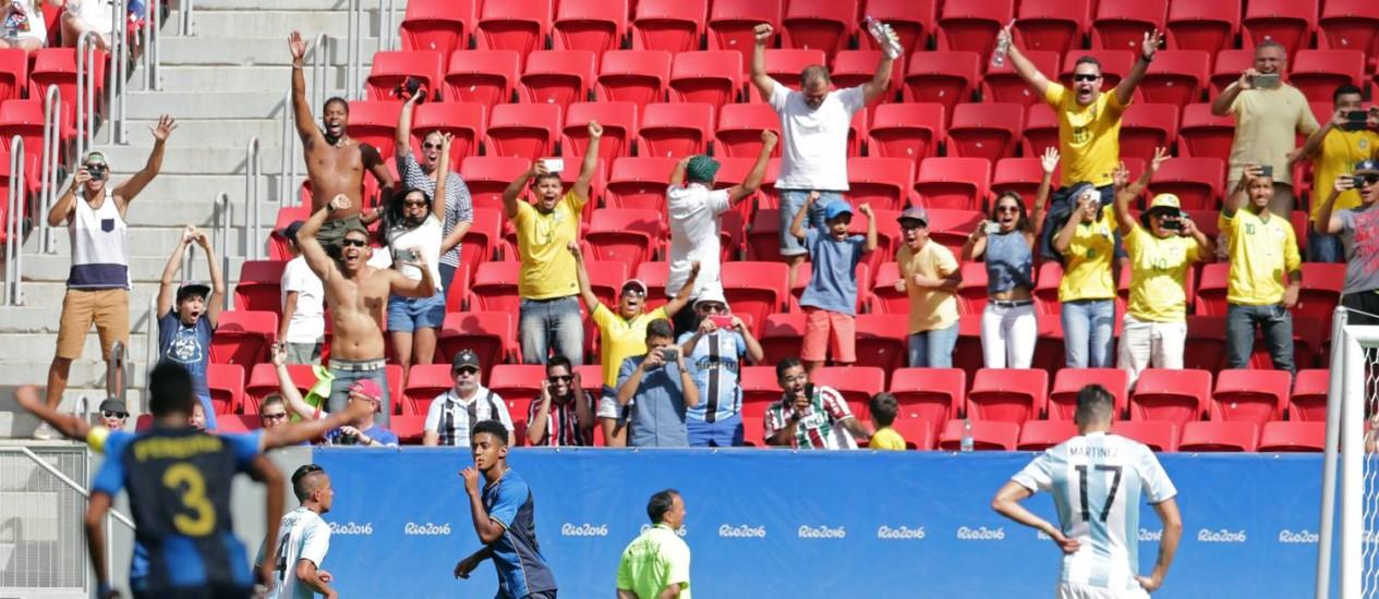 Torcida brasileira no Estádio Mané Garrincha festeja gol de Antony Lozano para Honduras, no empate contra a Argentina Foto: Eraldo Peres / AP