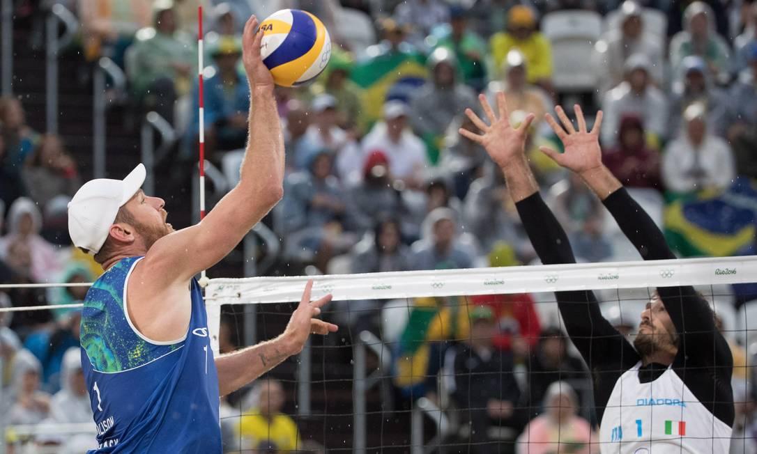 Com vitória, dupla brasileira vai para as oitavas de final do torneio olímpico Danilo Verpa / Agência O Globo