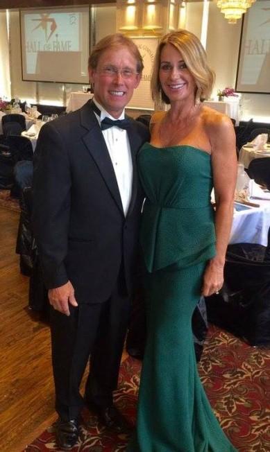 Com o marido, Bart Conner, em evento do hall da fama da ginástica artística Reprodução/Facebook