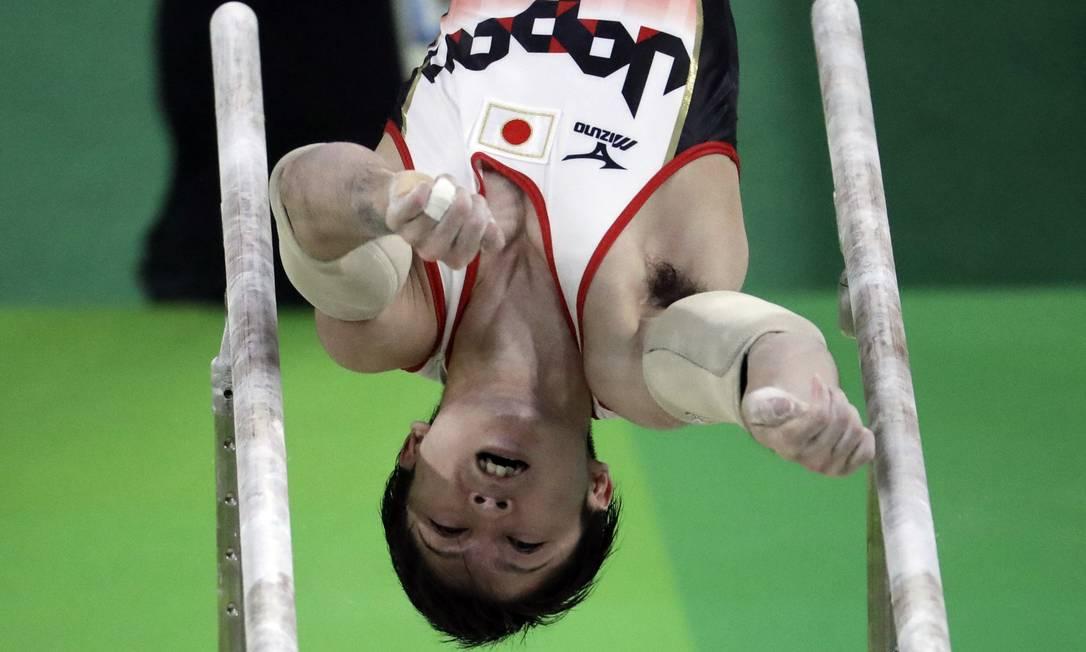O bicampeão olímpico, Kohei Uchimura, durante a performance que garantiu a medalha de ouro Julio Cortez / AP