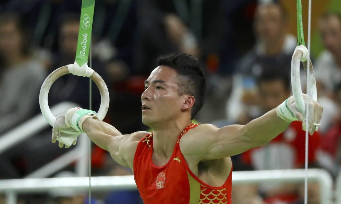 O chinês Deng Shudi nas argolas, na final do individual geral MIKE BLAKE / REUTERS