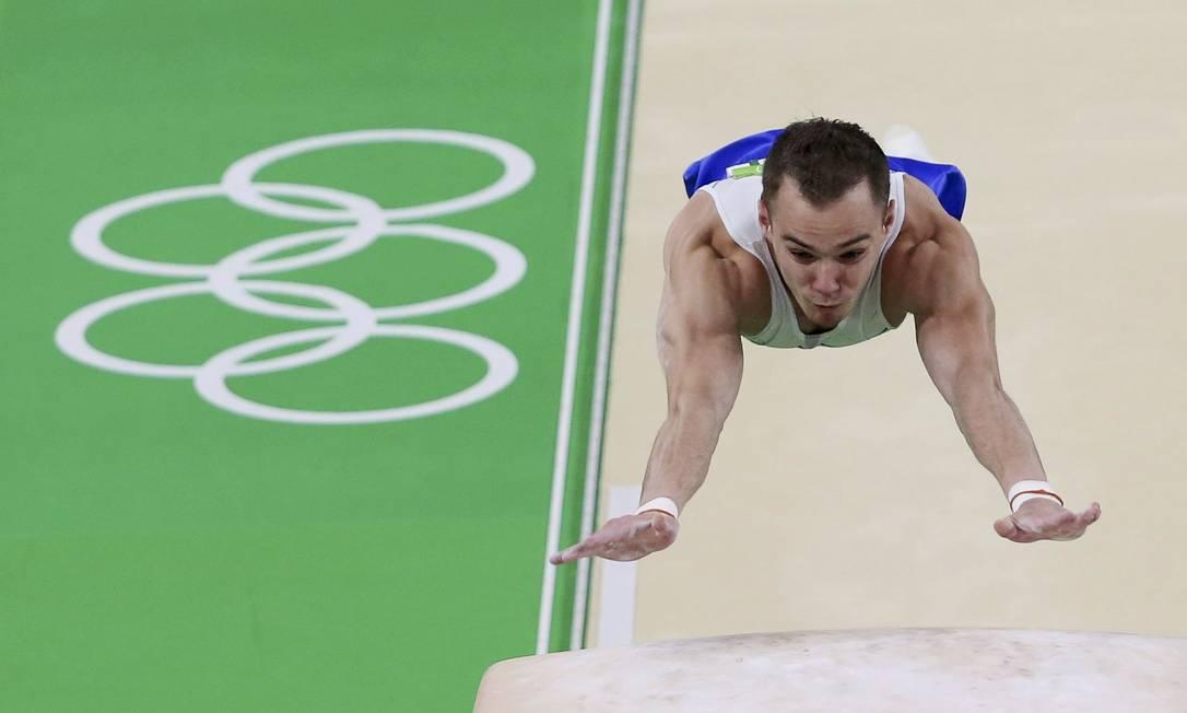 Oleg Verniaiev, medalha de prato, salto sobre o cavalo na final individual ALESSANDRO BIANCHI / REUTERS