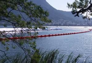 Cinturão laranja protege atletas de ondulações vindas do lado esquerdo da raia na Lagoa Foto: Bernardo Mello/O Globo