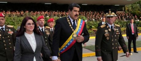 Maduro caminha com a mulher, CIlia (esq.), e o general Padrino durante cerimônia militar Foto: REUTERS/4-8-2016