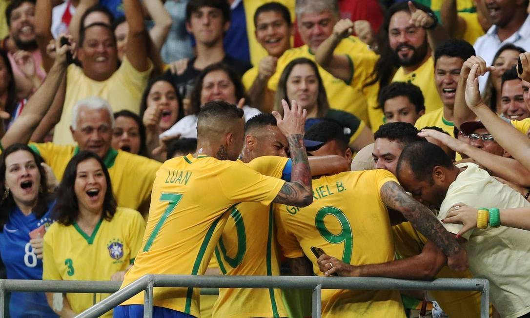 Jogadores do Brasil correm para a torcida, na comemoração do gol de Gabigol FERNANDO DONASCI / REUTERS