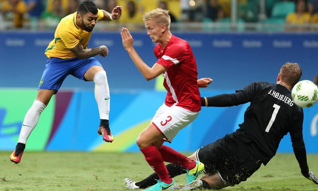 Gabigol chuta e abre o placar para o Brasil contra a Dinamarca FERNANDO DONASCI / REUTERS