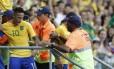 Jogadores que foram comemorar com a torcida receberam a implacável marcação dos stewards