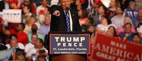 Donald Trump discursa em evento de campanha em Fort Lauderdale, na Flórida Foto: JOE RAEDLE / AFP