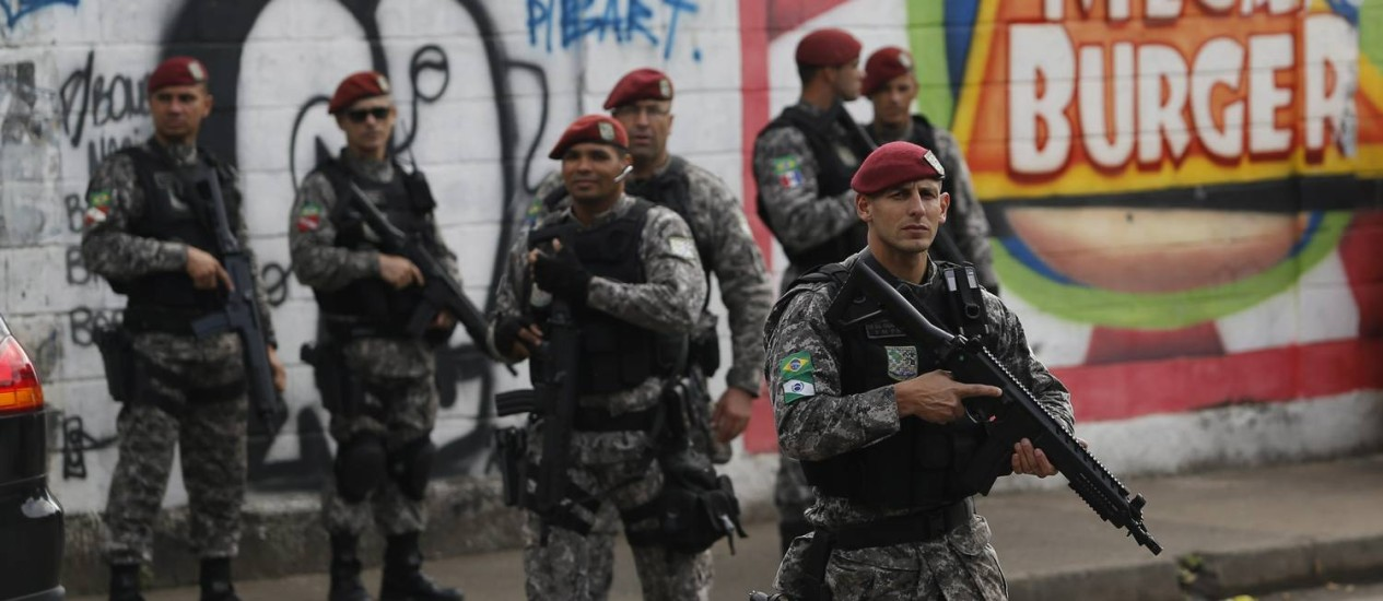 Militares fazem megaoperação no Complexo da Maré Foto: Gabriel de paiva / O Globo