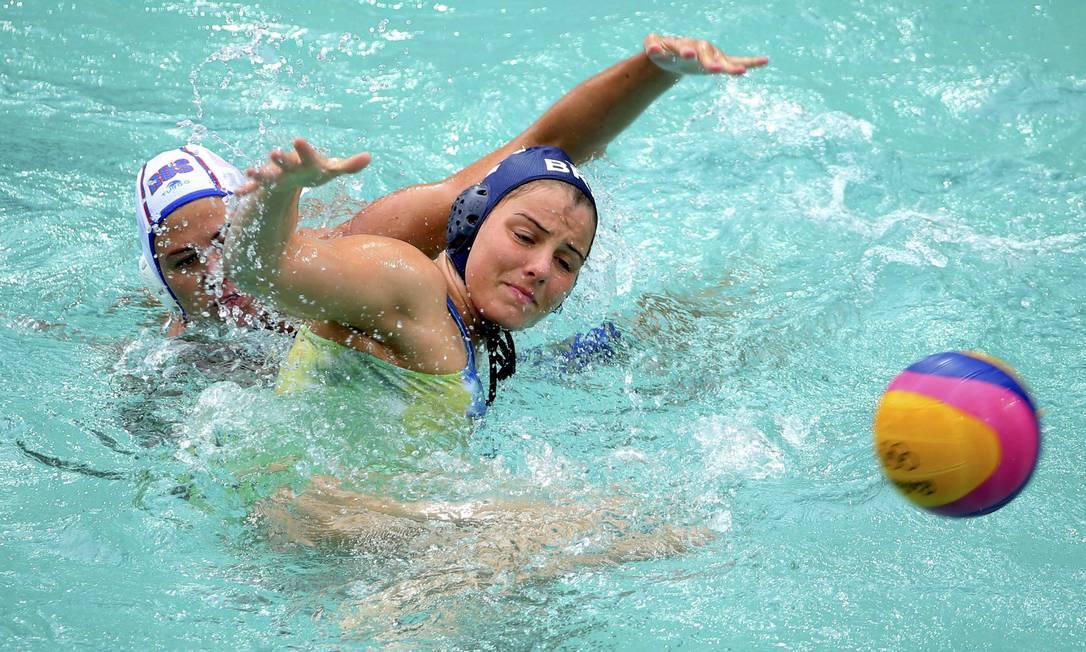 A jogadora russa, Ekaterina Lisunova, não deixa a brasileira Diana Abla dominar a bola LASZLO BALOGH / REUTERS