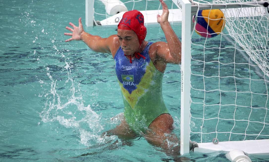 A goleira brasileira, Victoria Chamorro, teve muito trabalho durante o jogo LASZLO BALOGH / REUTERS