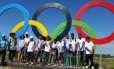 Grupo posa para foto nos aros olímpicos