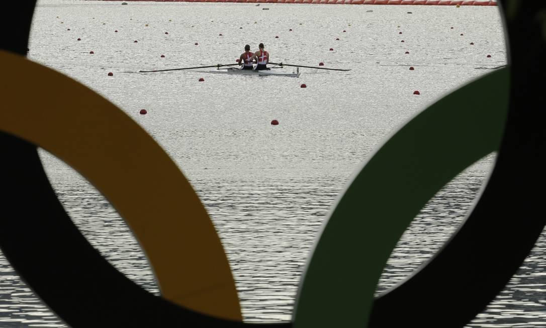 As provas são realizadas em barcos tripulados por um, dois, quatro ou nove atletas Charlie Riedel / AP