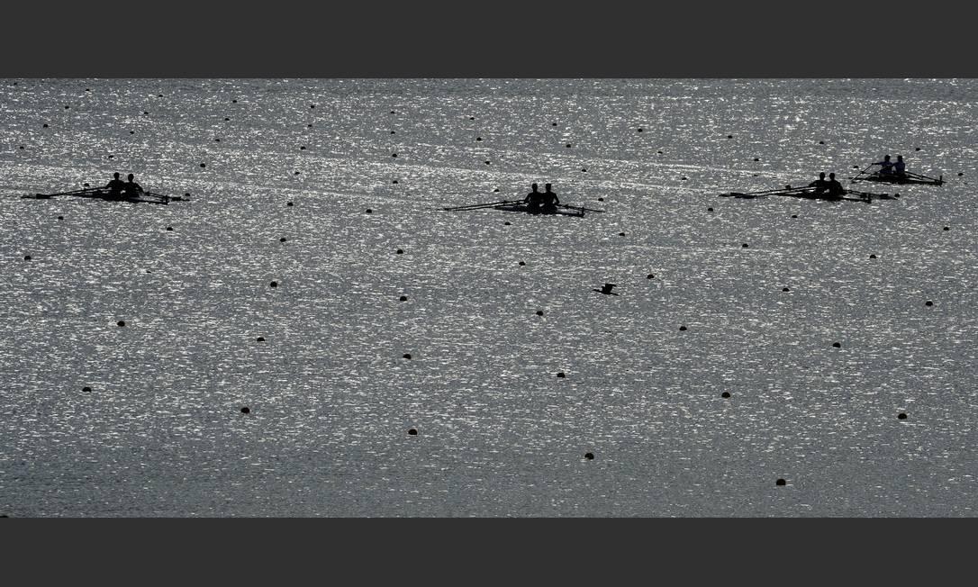 Equipes de remo competem na Lagoa Charlie Riedel / AP