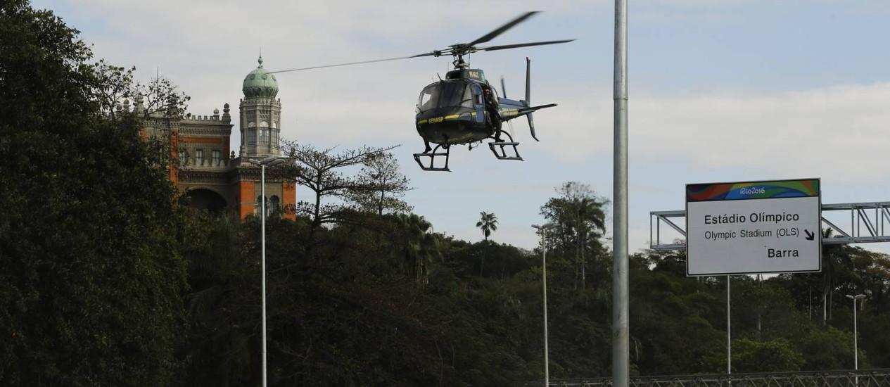 Aeronave faz sobrovoo na Avenida Brasil, nas imediações do Complexo da Maré Foto: Gabriel de Paiva / Agência O Globo