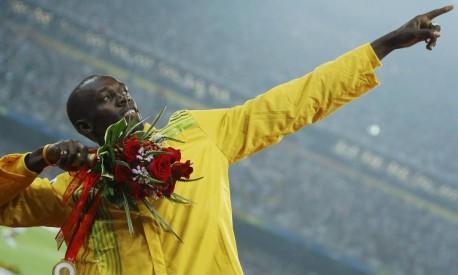 Raio. Usain Bolt imita o lançamento de uma flecha, após a cerimônia de entrega de medalhas dos 200m no Estádio Nacional, em Pequim Foto: Mike Blake 21/08/2008 / REUTERS