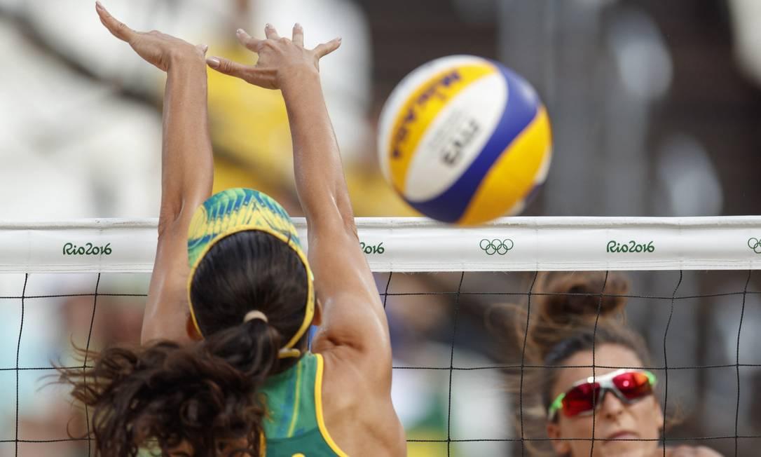 Talita sobe para tentar o bloqueio, na vitória desta quinta-feira na Arena de Volei de Praia de Copacabana Daniel Marenco / Agência O Globo