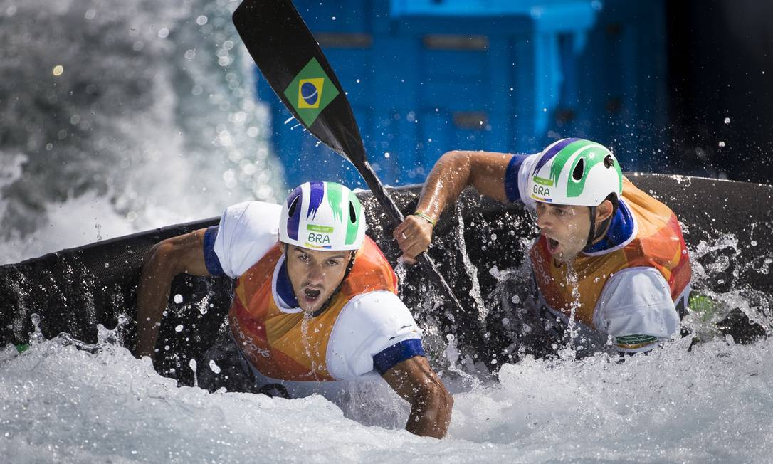 A dupla brasileira Charles Correia e Anderson Oliveira na disputa da canoagem slalom Guito Moreto / O GLOBO / NOPP