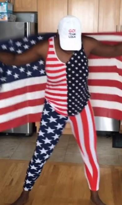 A comediante Leslie Jones caprichou tanto na empolgação no Twitter quando os jogos começaram (sim, ela vestiu essa roupa só para assistir as competições pela TV) que a rede de televisão americana NBC a convidou de última hora para cobrir a Olimpíada aqui no Rio. Após desembarcar na quinta-feira, a americana já está brilhando com seus vídeos bem-humorados na cidade Reprodução/Instagram