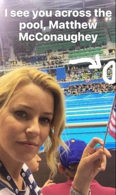 Durante a competição de natação, a atriz Elizabeth Banks aproveitou para brincar com o compatriota Matthew McConaughey: 'posso te ver do outro lado da piscina', escreveu ela em selfie compartilhada nas redes Reprodução/Twitter