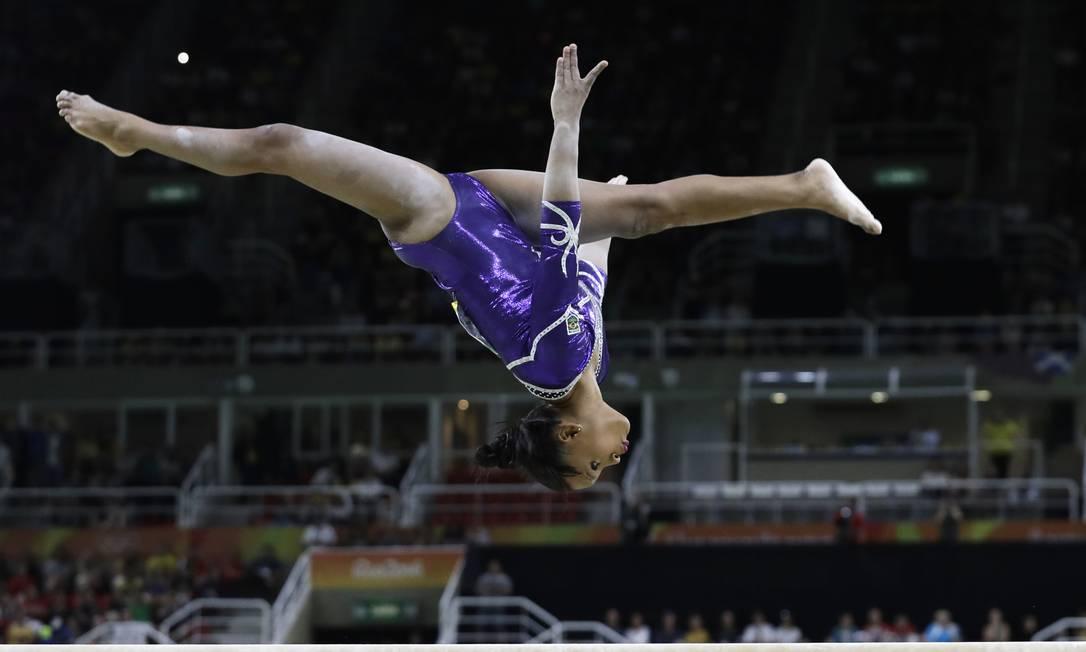 Rebeca Andrade salta sobre a trave de equilíbrio Rebecca Blackwell / AP