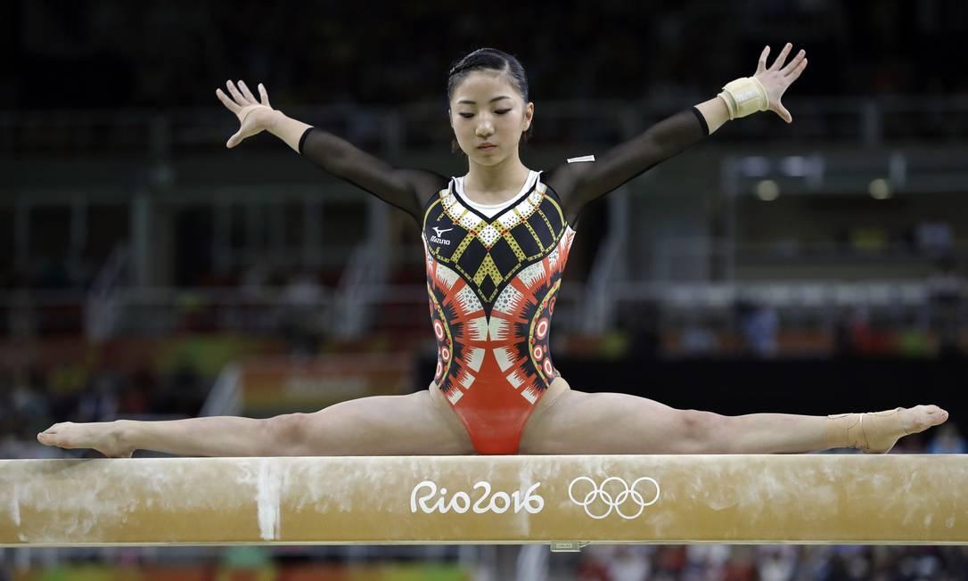 A japonesa Asuka Teramoto compete na trave de equilíbrio Rebecca Blackwell / AP