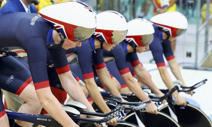 Time feminino da Grã-Bretanha se prepara para a largada da prova de perseguição por equipes, no clicismo de pista Foto: PAUL HANNA / REUTERS